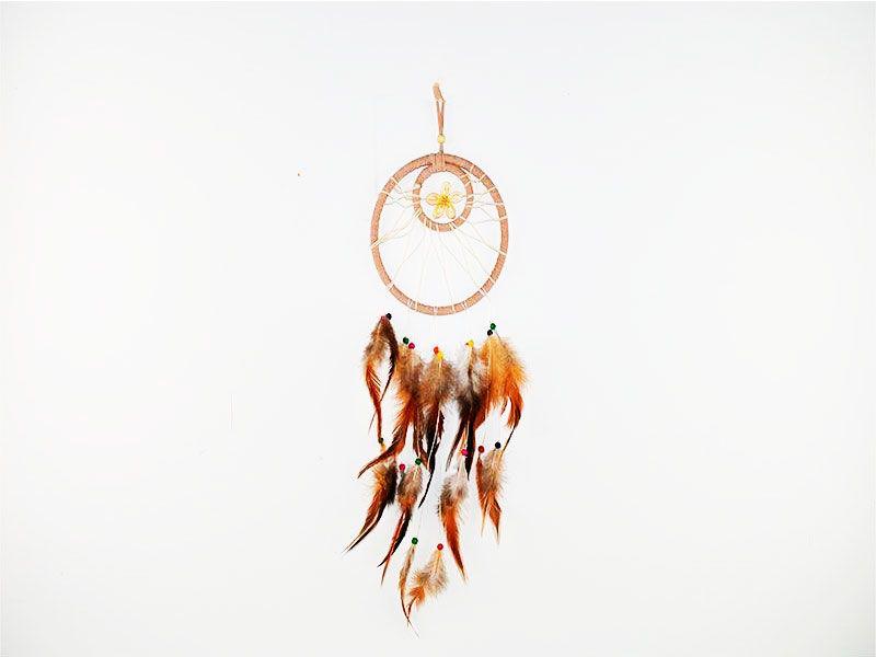 Atrapasueños círculo beige con plumas blancas, marrones y caracolas decorativas