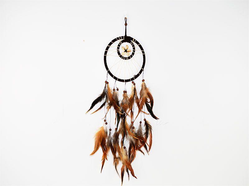 Atrapasueños círculo marrón café con plumas grises, marrones y caracolas decorativas