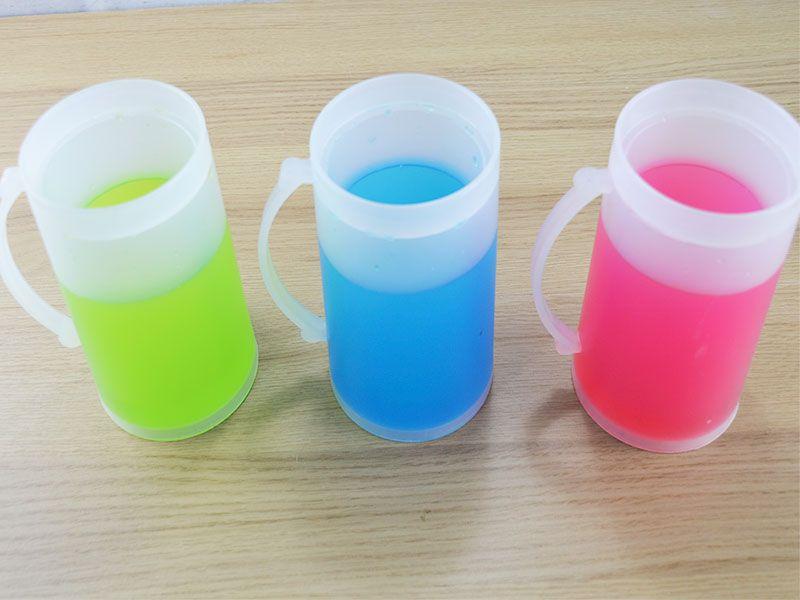 Jarra de plástico enfriadora con líquido de distintos colores