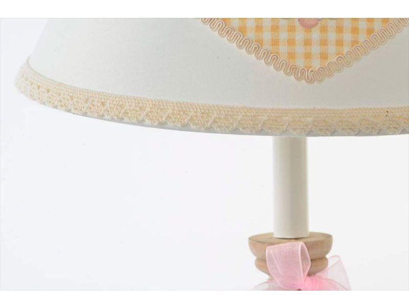 17fd34a28e6d Lámpara para mesitas de noche con terminaciones en rosa pastel y base de madera  natural con decoración de corazón en la tulipa