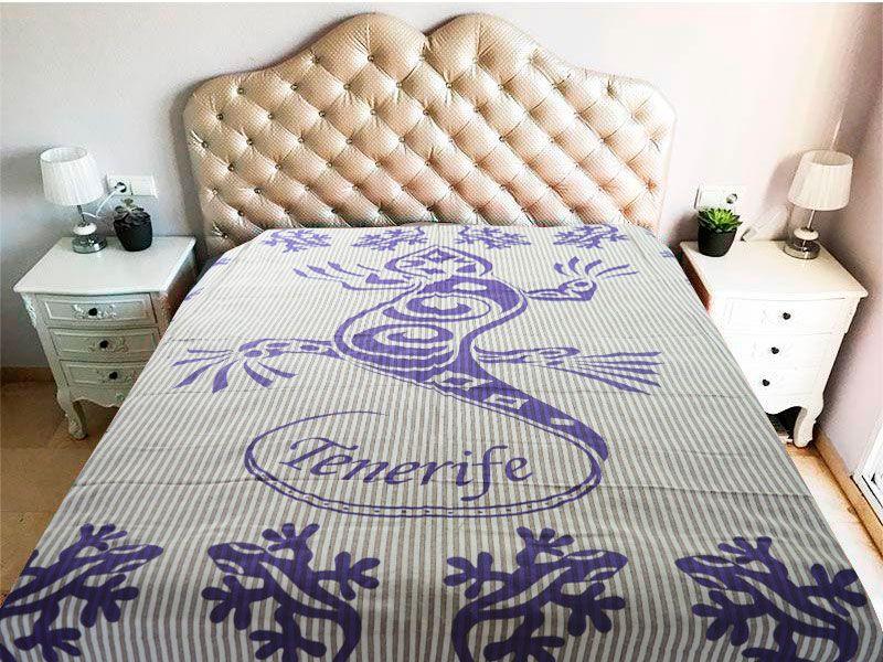 tela mandala con diseño de gecko o geco en color morado y con la palabra