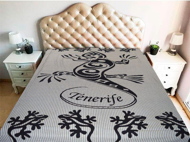 tela mandala con diseño de gecko o geco en color negro y con la palabra