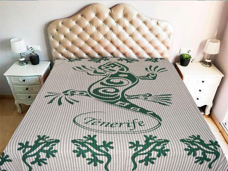 tela mandala con diseño de gecko o geco en color verde y con la palabra