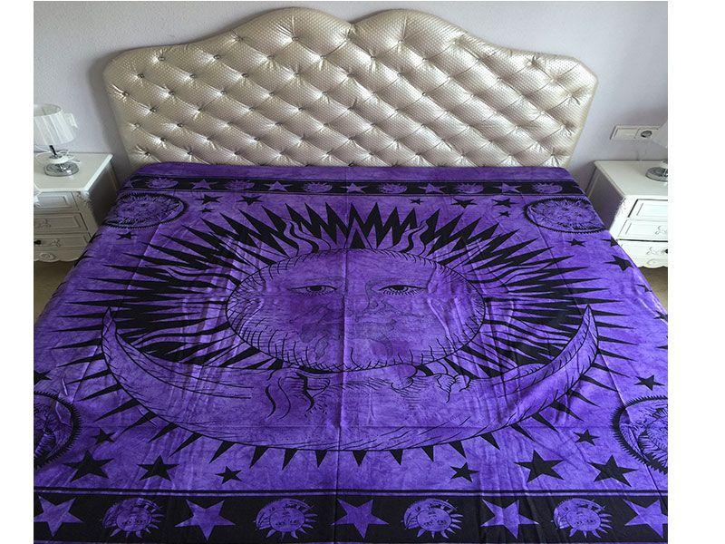 Tela mandala 100% algodón de color violeta con decoración del Sol y la Luna rodeados de estrellas en color  negro
