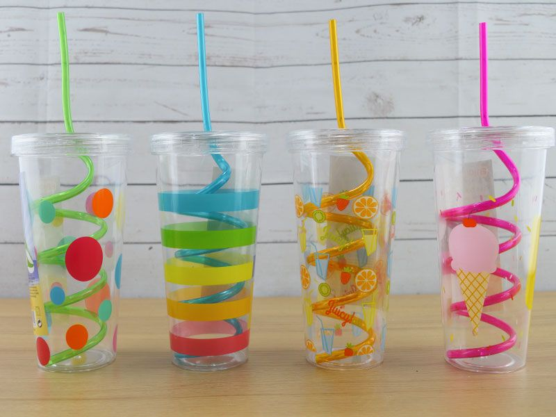 Vaso de plástico con pajita - cañas de plástico en espiral